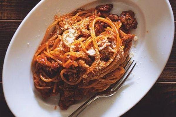 Espagueti con chorizo en salsa de tomate 😋