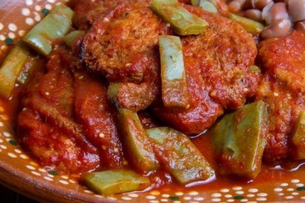 Pollo con nopal en salsa de guajillo 🍲
