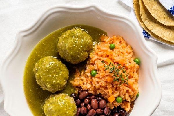 Alb贸ndigas en salsa verde 馃