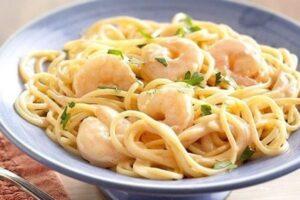 preparación espagueti con camarones a la crema