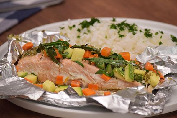 Salmón empapelado con verduras